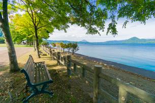 洞爺湖畔のベンチの写真素材 [FYI03449643]