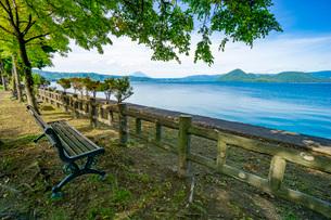 洞爺湖畔のベンチの写真素材 [FYI03449645]