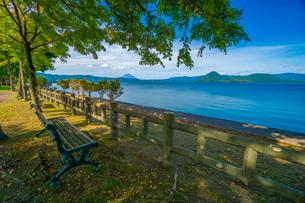 洞爺湖を望むベンチの写真素材 [FYI03449647]