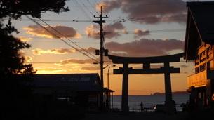 夕焼けと鳥居の写真素材 [FYI03449651]