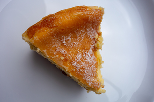 白い皿の上のチーズケーキの写真素材 [FYI03449857]