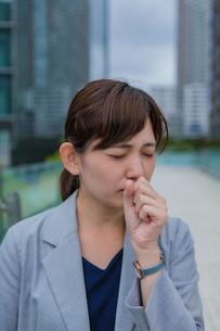 咳をする女性の写真素材 [FYI03449977]