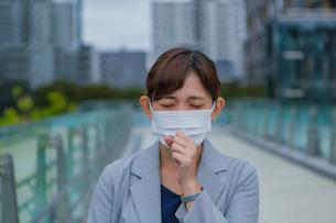マスクをしている女性の写真素材 [FYI03449979]