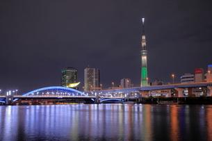 スカイツリーとライトアップが新しくなった駒形橋の夜景の写真素材 [FYI03450162]