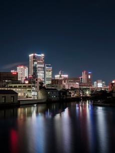 風景 夜景 ビル 水面 街 ビル 長時間露光 名古屋の写真素材 [FYI03450169]