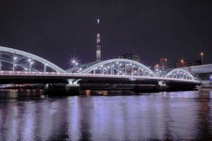 スカイツリーとライトアップが新しくなった厩橋の夜景の写真素材 [FYI03450172]