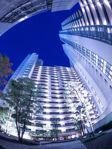 夕暮れの大型マンションの写真素材 [FYI03450198]