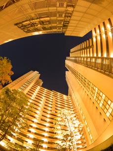 夕暮れの大型マンションの写真素材 [FYI03450199]