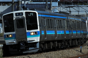 中央線上野原駅を発車した211系の写真素材 [FYI03450391]