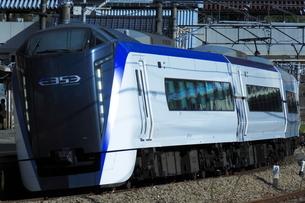 中央線上野原駅を通過するE353系の写真素材 [FYI03450399]