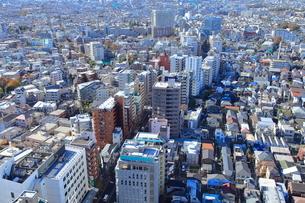 住宅街と高層マンション群の写真素材 [FYI03450705]