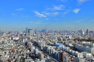高層マンション群と高層ビル街の東京風景の写真素材 [FYI03450707]