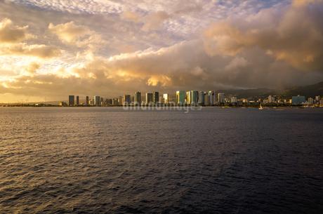 ハワイ オアフ島 ホノルル クルージングの船から見る夕方の街の風景の写真素材 [FYI03450722]