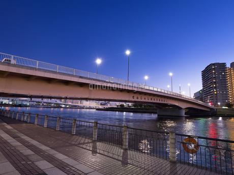 隅田川と千住汐入大橋の写真素材 [FYI03450794]
