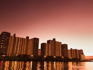川沿いの高層マンション群の写真素材 [FYI03450797]