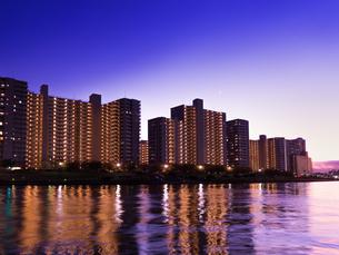 川沿いの高層マンション群の写真素材 [FYI03450798]