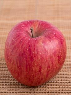 リンゴ フジの写真素材 [FYI03450831]