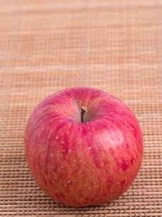 リンゴ フジの写真素材 [FYI03450832]
