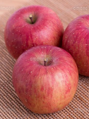 リンゴ フジの写真素材 [FYI03450833]