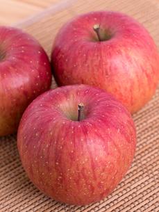 リンゴ フジの写真素材 [FYI03450840]