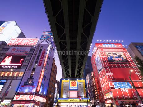 夕暮れの秋葉原電気街の写真素材 [FYI03450904]