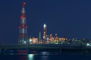 三重県四日市の工場夜景の写真素材 [FYI03450981]