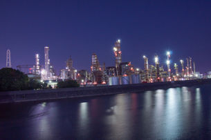 三重県四日市の工場夜景の写真素材 [FYI03450982]