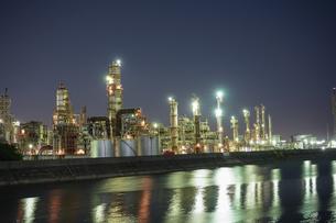 三重県四日市の工場夜景の写真素材 [FYI03450986]