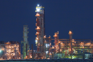 三重県四日市の工場夜景の写真素材 [FYI03450987]
