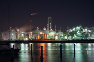 三重県四日市の工場夜景の写真素材 [FYI03450989]