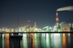 三重県四日市の工場夜景の写真素材 [FYI03450990]