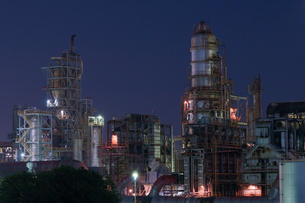 三重県四日市の工場夜景の写真素材 [FYI03450992]