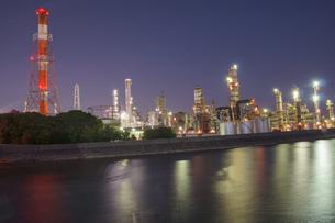三重県四日市の工場夜景の写真素材 [FYI03450994]