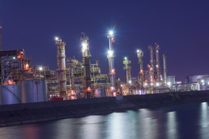 三重県四日市の工場夜景の写真素材 [FYI03450997]