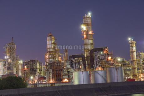 三重県四日市の工場夜景の写真素材 [FYI03450999]