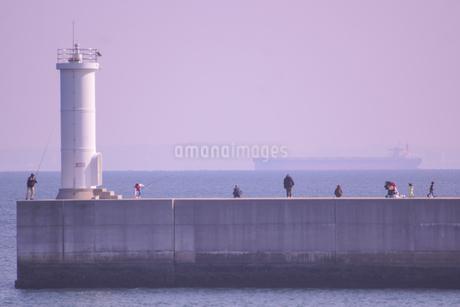 三重県四日市の工業地帯の海岸の風景の写真素材 [FYI03451057]