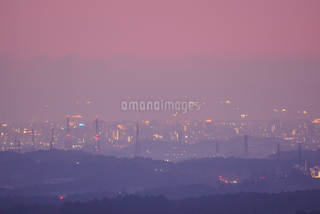 三重県四日市の工場夜景スポットからの朝焼けの写真素材 [FYI03451058]