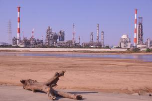 三重県四日市の工場地帯の河口の風景の写真素材 [FYI03451062]