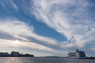 青空と博多港の写真素材 [FYI03451111]