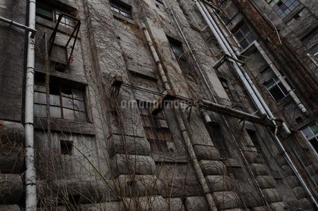 灰色の古いビルの写真素材 [FYI03451126]