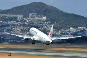 大阪国際空港を離陸するの写真素材 [FYI03451219]