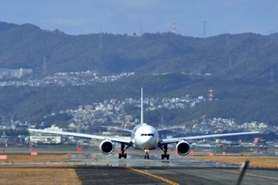 大阪国際空港を離陸するの写真素材 [FYI03451225]