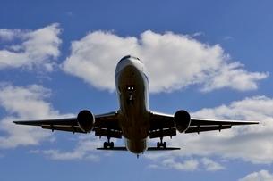 大阪国際空港を離陸するの写真素材 [FYI03451234]