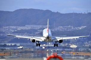 大阪国際空港を離陸するの写真素材 [FYI03451235]