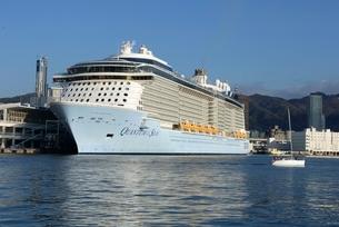 神戸港に初入港,QUANTUM  SEASが停泊の写真素材 [FYI03451265]