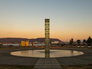 香川県 サンポート 夕暮れの噴水広場の写真素材 [FYI03451339]