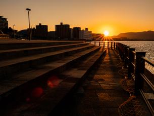 香川県 サンポート 夕暮れの高松港周辺の写真素材 [FYI03451340]