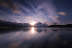 山中湖の夕焼けと富士山の写真素材 [FYI03451347]