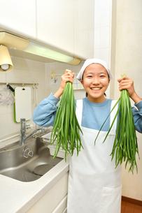 キッチンで野菜を持つ女の子の写真素材 [FYI03451490]