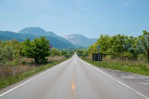 やまなみハイウェイの直線道の写真素材 [FYI03451560]
